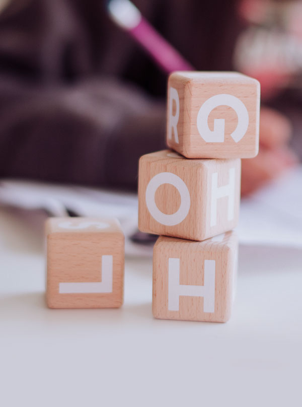 drewniane klocki z literami