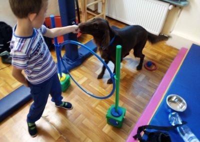 chłopiec karmiący psa z ręki
