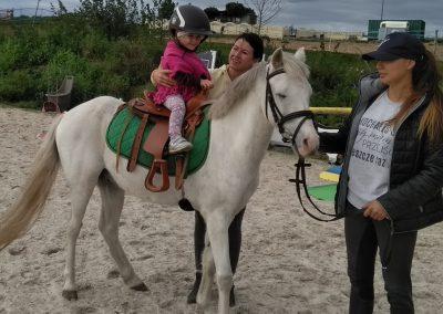 dziecko jadące na kucyku