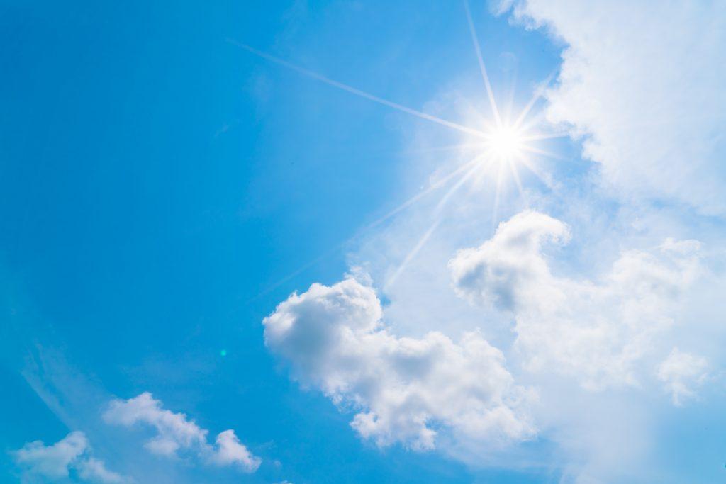 lekko zachmurzone niebo