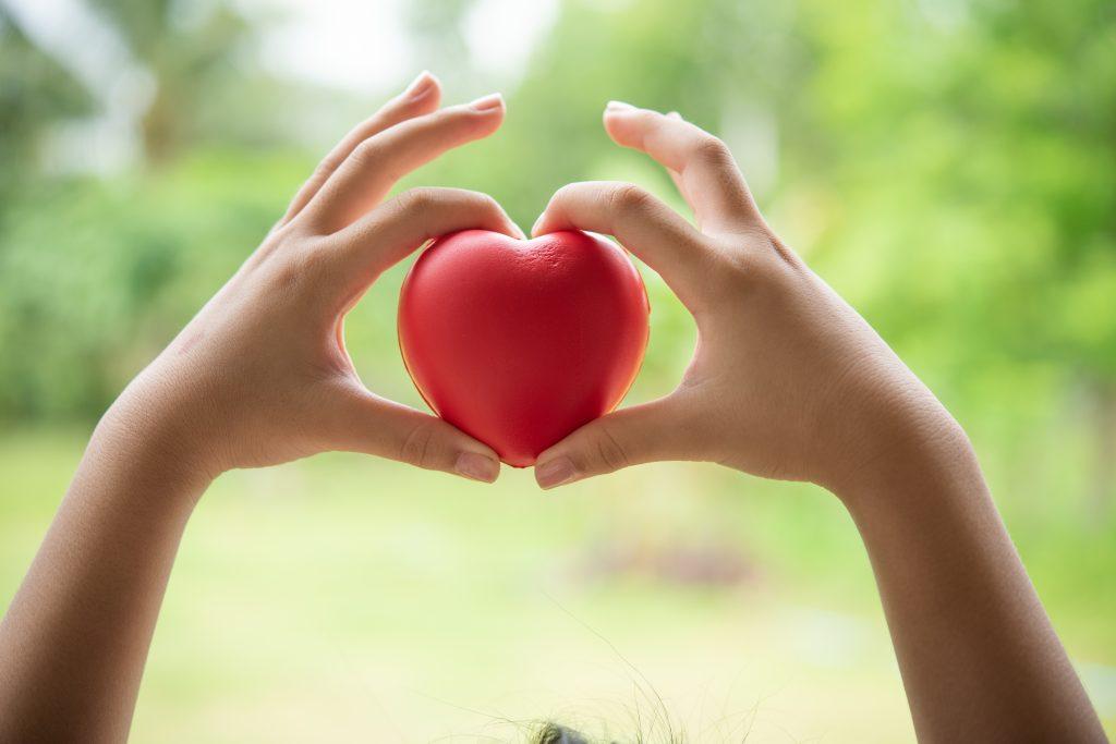 gumowe serce w dłoniach dziecka